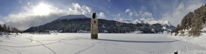 Resia heló el lago y el panorama de la campana de la torre fotografía de archivo