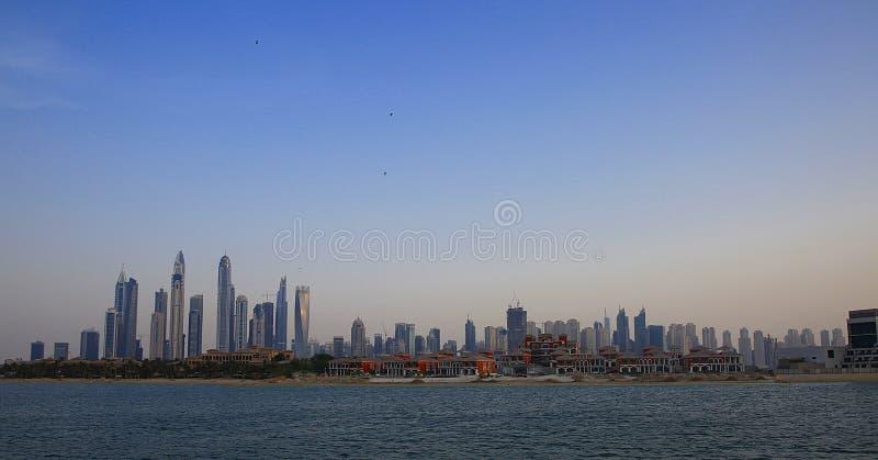 Residência JBR da praia de Jumeriah em Dubai tomado do mar imagens de stock