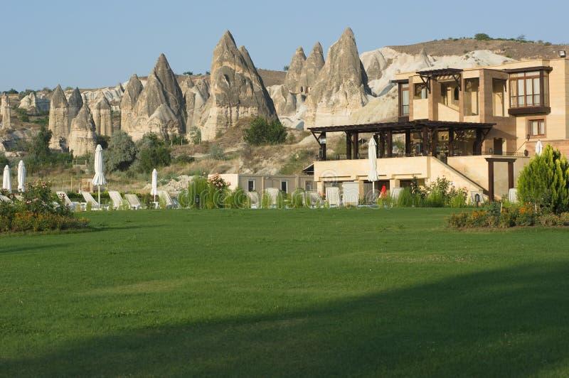 Residência luxuosa e chaminés feericamente em Cappadocia fotos de stock