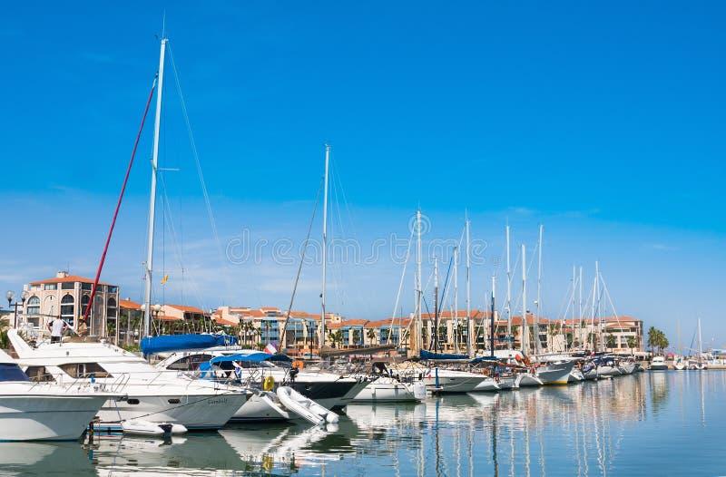 A residência Mer e o porto Argeles do golfe são ajustados na área da praia de Argeles-sur-MER dentro Pyrenees-ou fotografia de stock royalty free