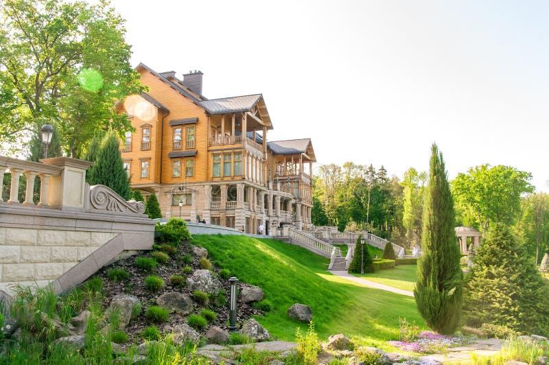 Residencia anterior de Mezhigorye de la residencia de Honka de Viktor Yanukovich en el pueblo de nuevo Petrovtsy, distrito de Vys imagen de archivo
