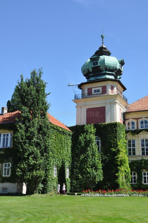 Residencia del palacio de la torre con el jardín foto de archivo libre de regalías