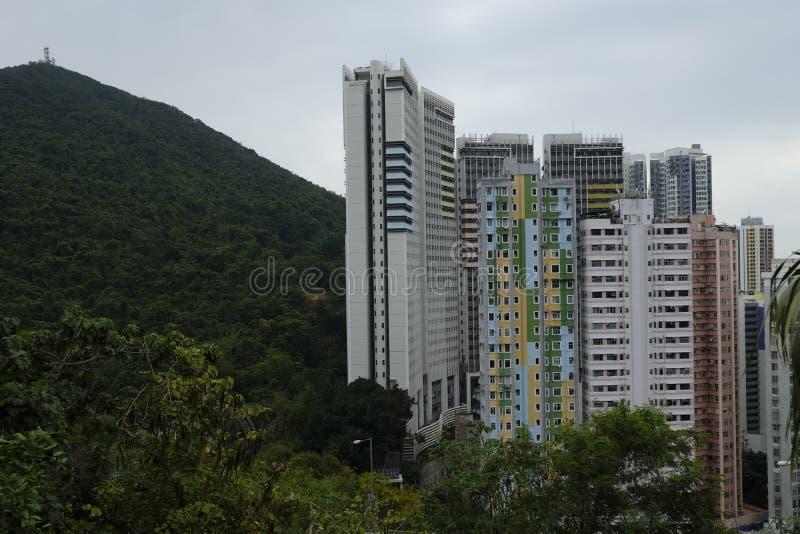 Residencial e prédios de escritórios nos montes de Hong Kong imagens de stock