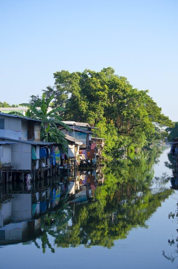Residencial na água, casa de povos pobres no rio em Banguecoque, Tailândia, o 2 de janeiro de 2016 fotos de stock royalty free