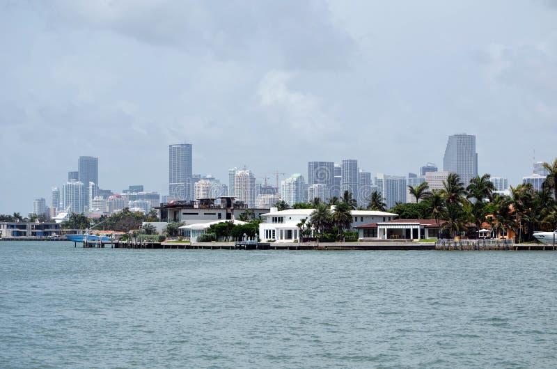Residencias de RivoAlto y edificios altos de Miami en el fondo fotografía de archivo