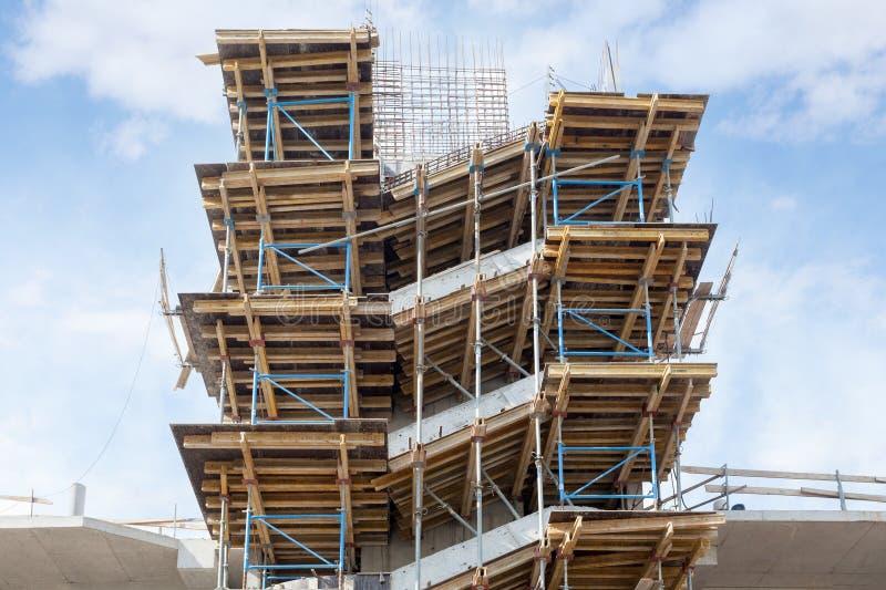 Residental byggnad under konstruktion Installerad trappa för färdiggjuten betong Väggar som göras av kolsyrade konkreta kvarter K arkivfoto