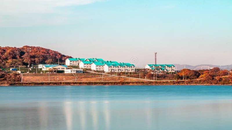 Residental byggnader som vilage på territoriet av det Primorsky akvariet eller Oceanariumen av det avlägset - östlig akademi av v royaltyfri foto