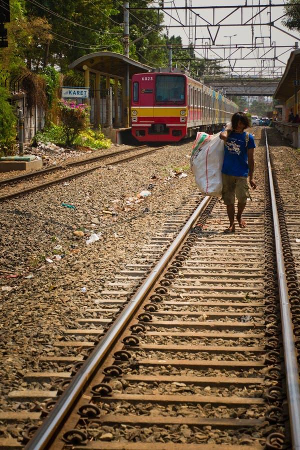 Residente dos precários da trilha do trem de Jakarta central, Indonésia fotos de stock