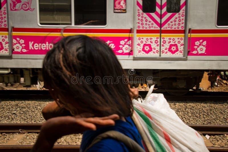 Residente dos precários da trilha do trem de Jakarta central, Indonésia imagem de stock