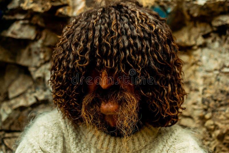 Residente locale caucasico con i baffi lunghi nel cappello della pecora nazionale fotografie stock libere da diritti