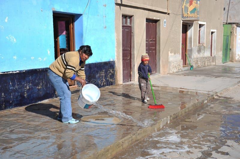 Residentes de la ciudad de Uyuni imágenes de archivo libres de regalías