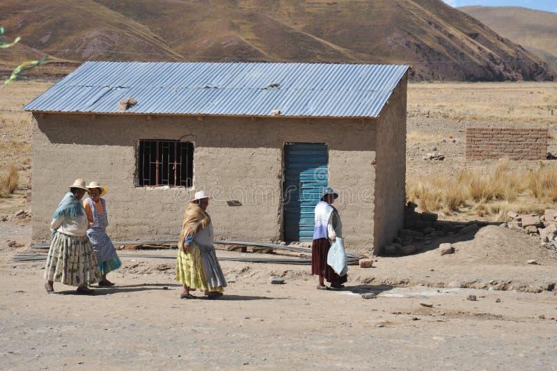 Residentes de los pueblos de montaña bolivianos en el Altiplano imagen de archivo