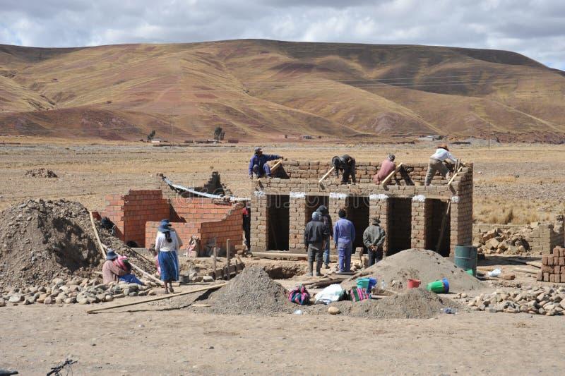 Residentes de los pueblos de montaña bolivianos en el Altiplano foto de archivo libre de regalías