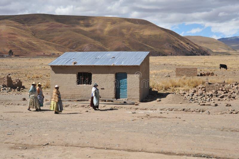 Residentes de los pueblos de montaña bolivianos en el Altiplano foto de archivo