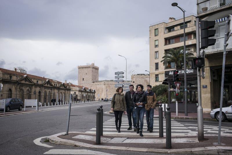 Residentes de Marsella que cruzan la calle fotos de archivo libres de regalías