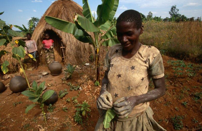 Residentes de uma cabana em Burundi. fotografia de stock royalty free