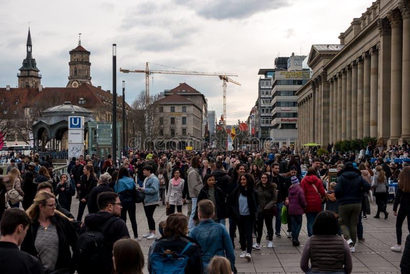 Residentes e turistas no rei central Street histórico e da compra da rua de Koenigstrasse imagens de stock royalty free