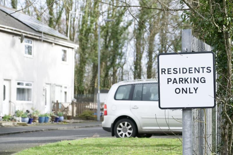 Residentes que estacionam somente o sinal com casa e carro imagem de stock royalty free