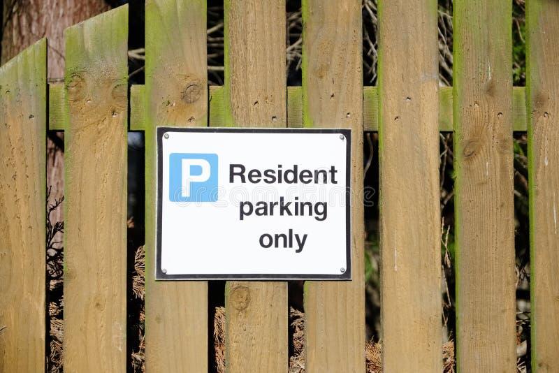 Residentes que estacionam somente o sinal com casa e carro fotografia de stock royalty free