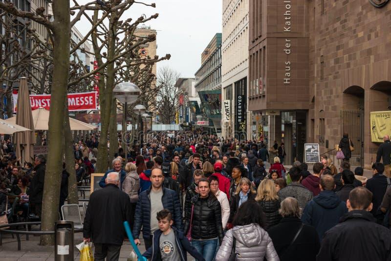 Residentes y turistas en el rey histórico y de las compras central Street de la calle de Koenigstrasse imagen de archivo