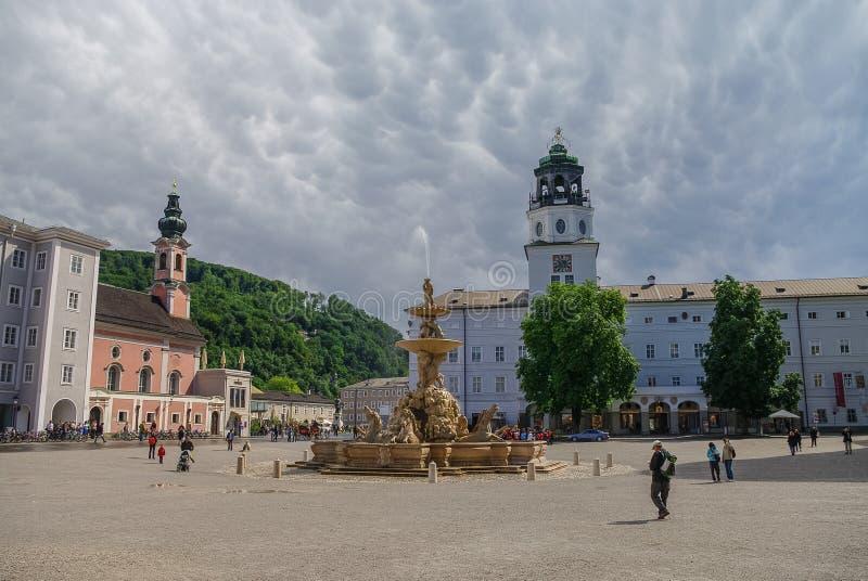 Residenzplatz美丽的景色和著名DomQuartier萨尔茨堡 库存图片