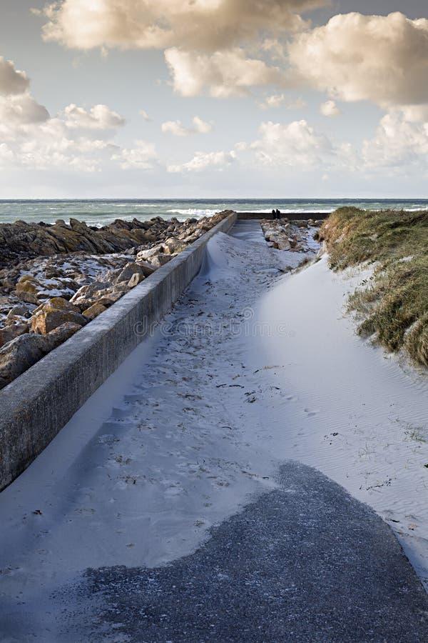 Residu van woedende sterke stormachtige golven dichtbij een concrete damkust stock afbeeldingen