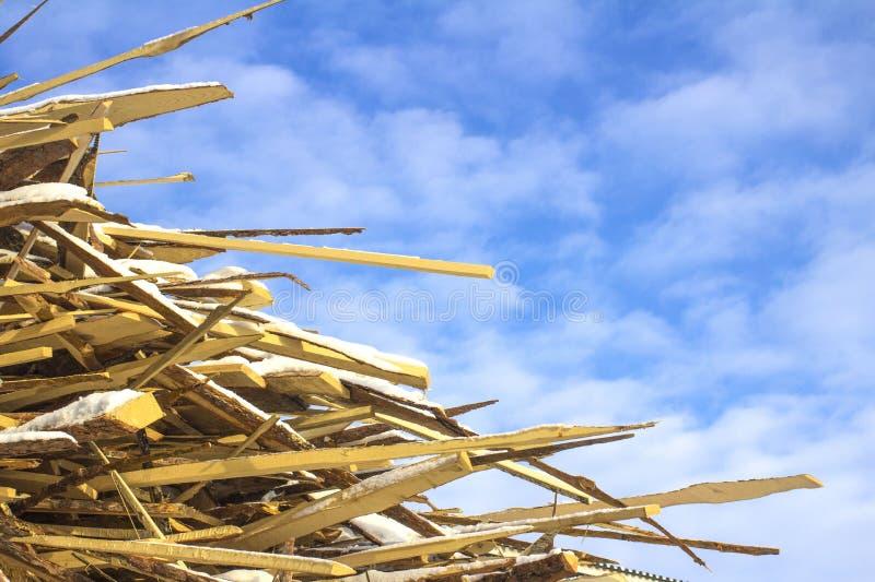 Residui nella fabbricazione di legno contro il cielo fotografia stock