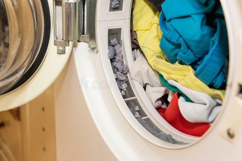 Residuo di stoffa bloccato in filtro della macchina più asciutta della lavanderia dopo l'essiccamento fotografia stock