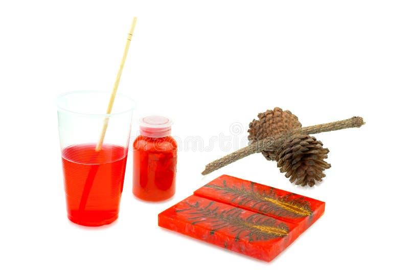 Resina de epóxido del pino del cono del color de lanzamiento del híbrido y de la mezcla en taza plástica foto de archivo