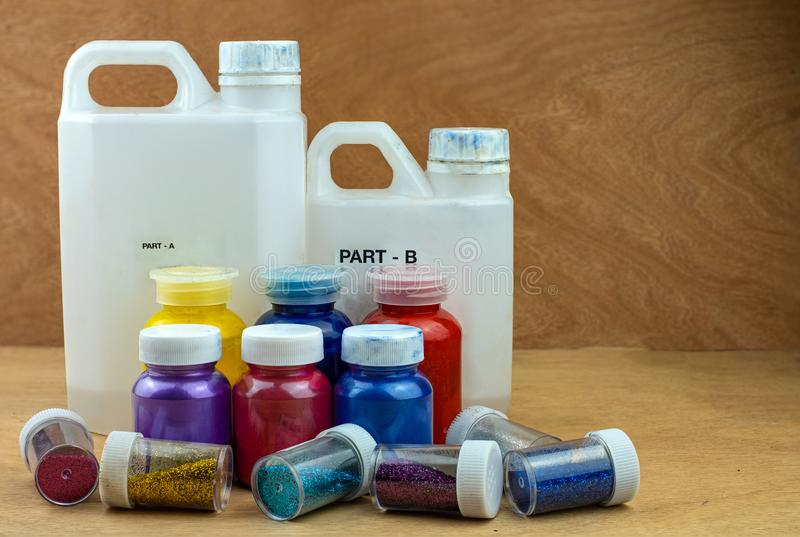 Resina de epóxido de mezcla del color en taza plástica imágenes de archivo libres de regalías