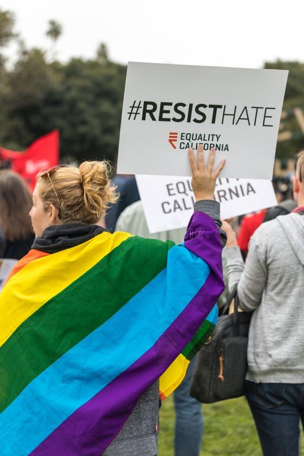 Resista o sinal do ódio e a bandeira do arco-íris fotos de stock