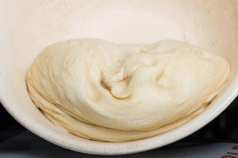 Resning för bröddeg i en bunke royaltyfri bild