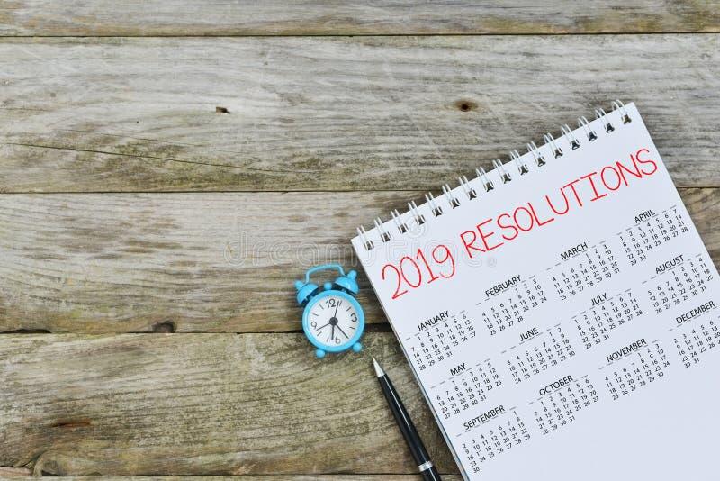 2019 resoluciones en calendario en fondo de madera, con el espacio vacío de insertar el texto imagen de archivo libre de regalías