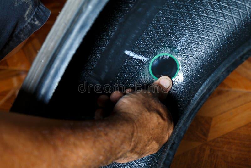 Resolva o problema rodam dentro o serviço da loja de reparação de automóveis da garagem pneu do ` s do carro da fixação do repara imagem de stock