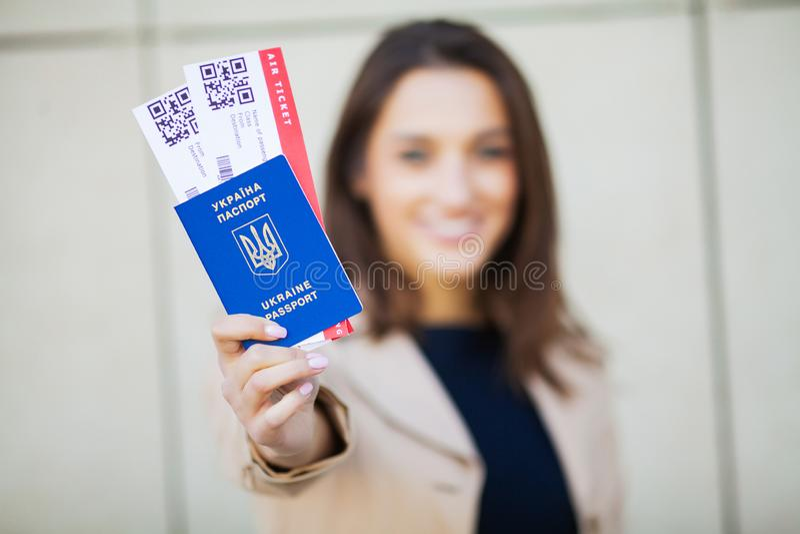 Resor Flygbiljett för kvinnainnehav två i utlandpass nära flygplats arkivfoto