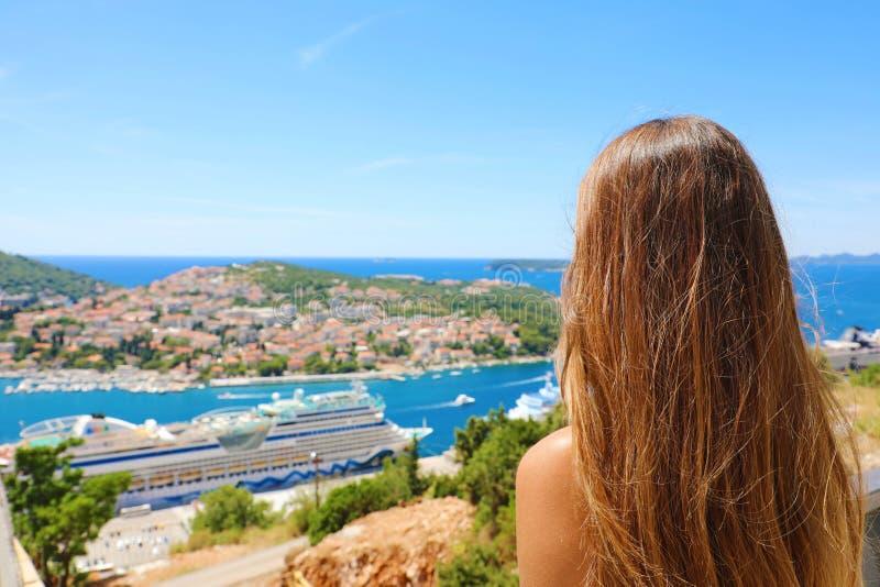Resor i det medelhavs- Den unga kvinnan som tycker om Kroatien, seglar utmed kusten sikt från den Dubrovnik staden sommarferier i royaltyfri fotografi