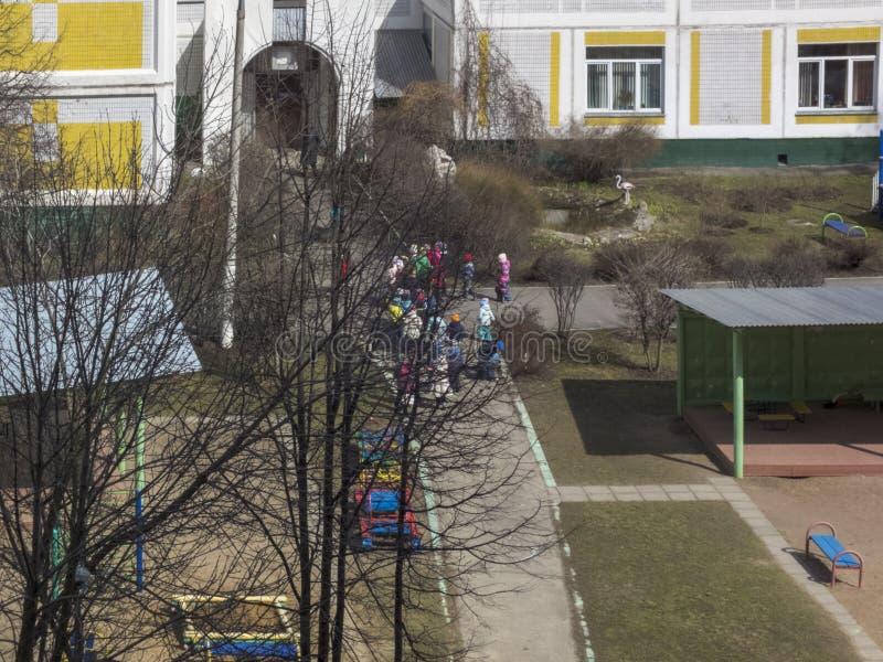 Resorte temprano El sol es brillante Juego de ni?os en la yarda kindergarten imagenes de archivo