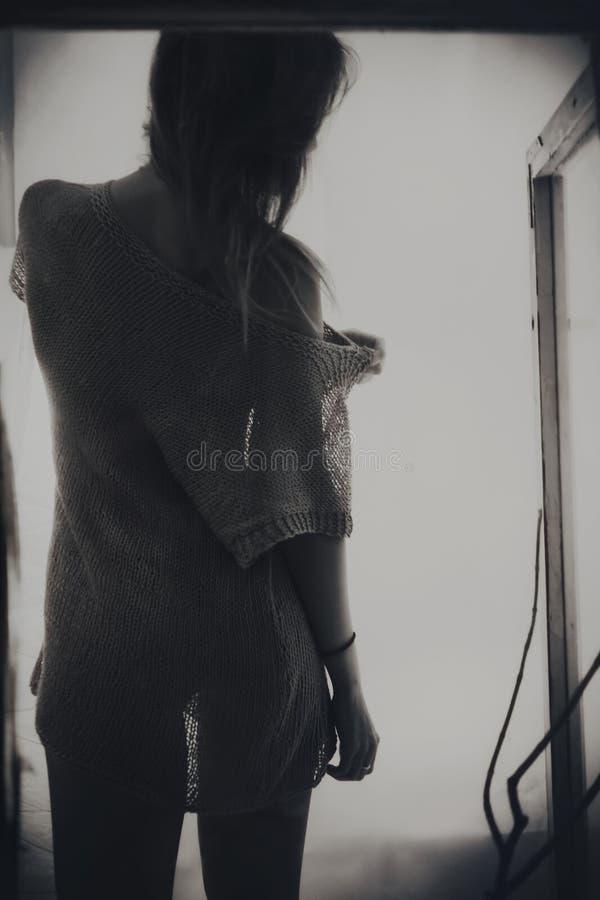 Respaldo de la mujer de pelo largo joven hermosa imagenes de archivo