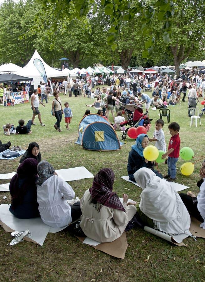 respect för exeter festivalgoers royaltyfria foton
