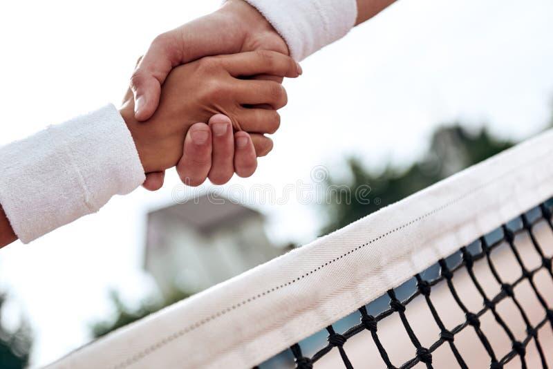 respect Tennisspelare skakar händer arkivfoton