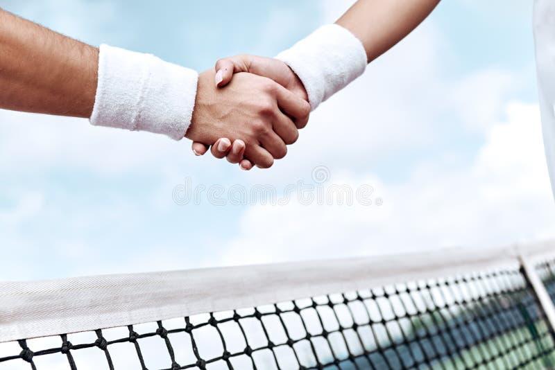 respect Tennisspelare skakar händer royaltyfri foto