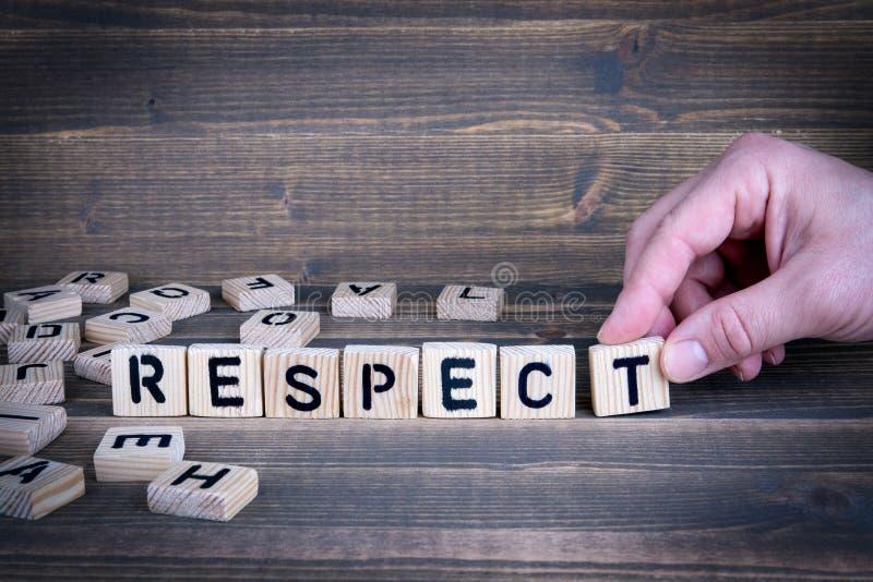 respect Träbokstäver på kontorsskrivbordet royaltyfri bild