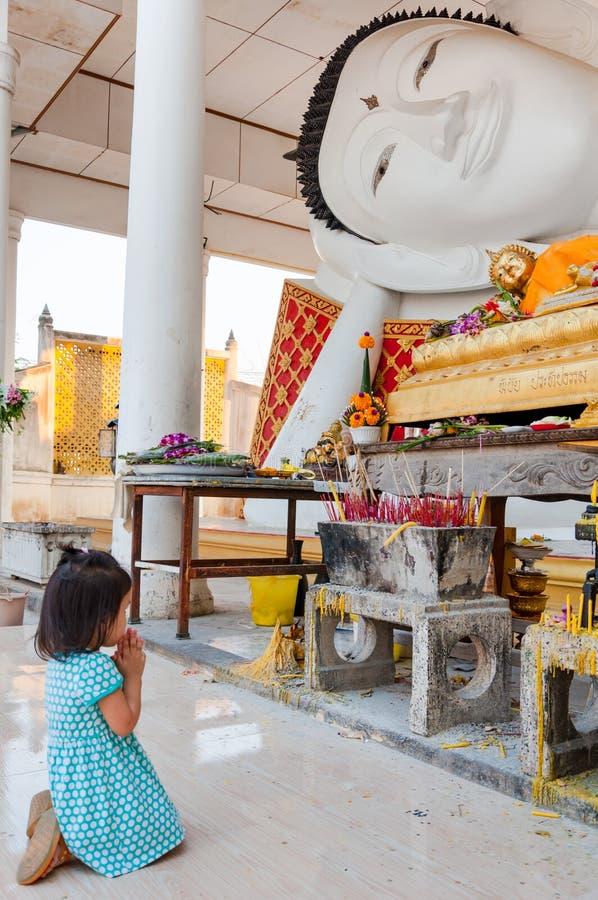 Respecto de la paga de la muchacha a Buda imagenes de archivo