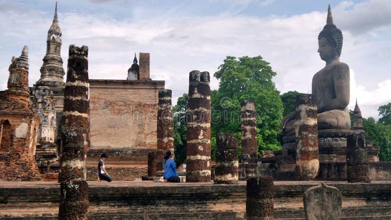 Respeito budista do pagamento à ruína da escultura da Buda imagem de stock royalty free