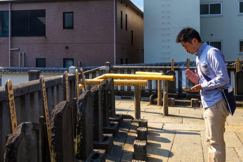 Respeito masculino japonês não identificado do pagamento à sepultura de 47 ronin foto de stock