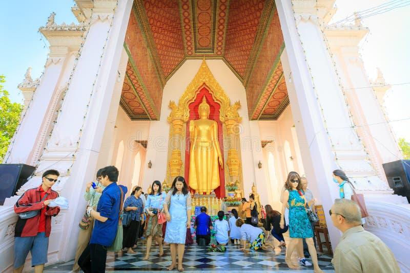 Respeito não identificado do pagamento à estátua da Buda imagem de stock