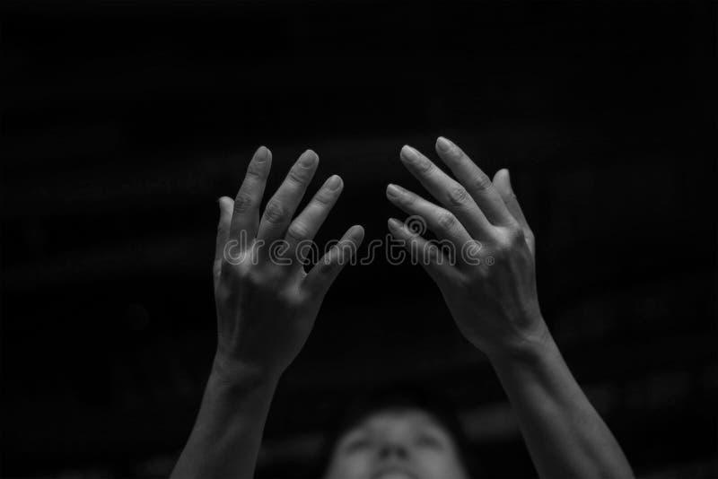 Respektieren Sie und beten Sie am Nachthintergrund lizenzfreie stockbilder
