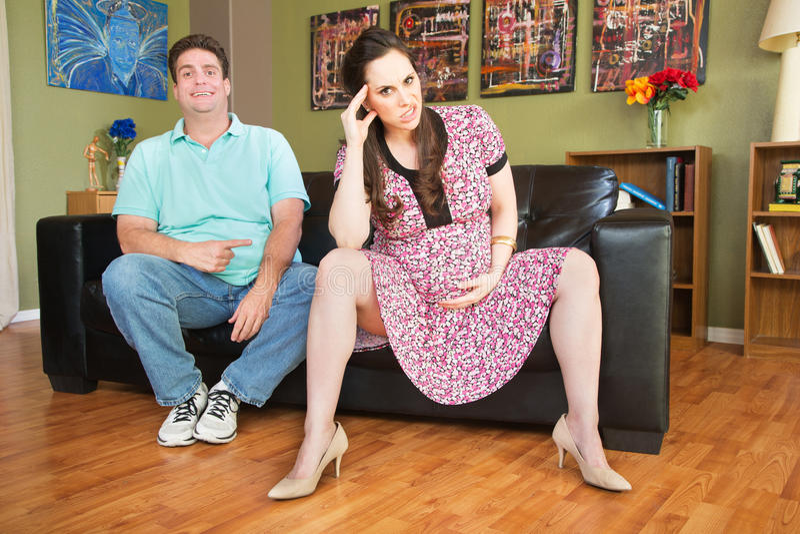 Respektloser Mann mit schwangerer Frau lizenzfreie stockbilder