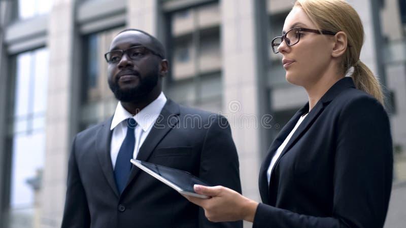 Respektlosigkeit, Kollegen streiten bei der Arbeit, rassisch oder sexueller Diskriminierung stockbild
