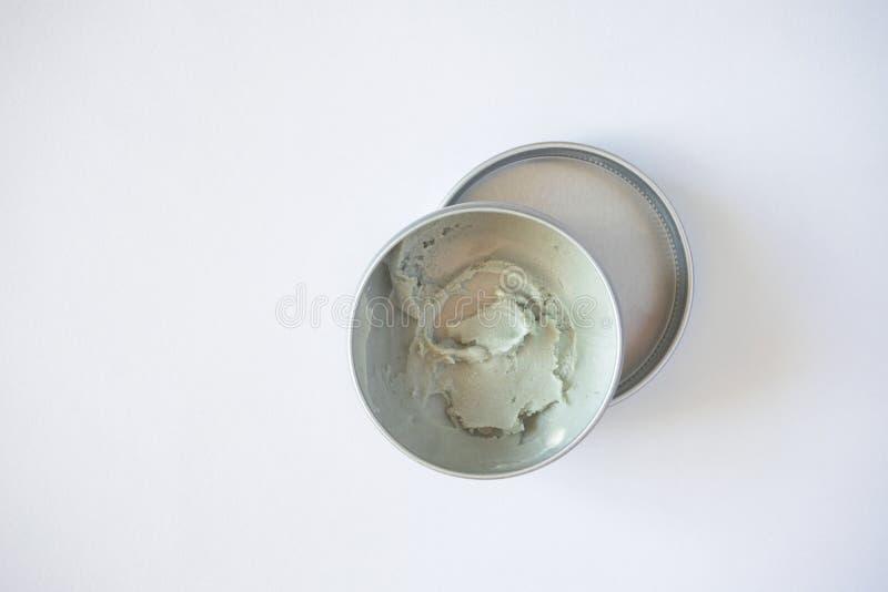 Respetuoso del medio ambiente poner crema del desodorante imagenes de archivo
